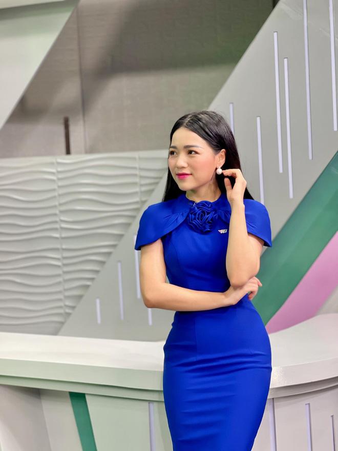 Loạt váy đơn sắc nhưng vẫn nổi bần bật của các nữ MC, BTV - ảnh 43