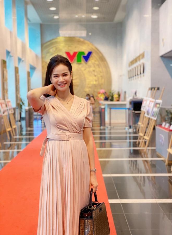 Loạt váy đơn sắc nhưng vẫn nổi bần bật của các nữ MC, BTV - ảnh 56
