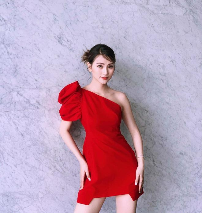 Loạt váy đơn sắc nhưng vẫn nổi bần bật của các nữ MC, BTV - ảnh 67