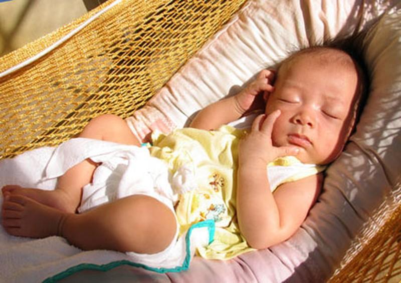 Cách tắm nắng hợp lý cho trẻ vào mùa đông   VTV.VN