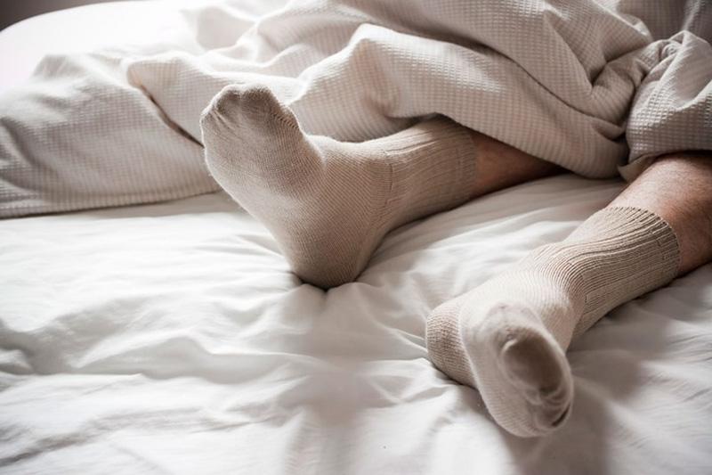 Lợi và hại nếu đi tất khi ngủ vào mùa Đông | VTV.VN
