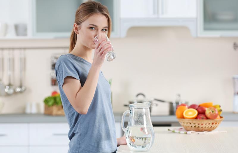 Vì sao bạn nên uống một cốc nước trước khi ăn sáng? | VTV.VN