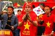 CĐV và người hâm mộ đổ về sân bay Nội Bài đón ĐT Việt Nam trở về