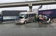 Xe ô tô 16 chỗ bị tông nát trên xa lộ Hà Nội
