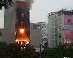 [VIDEO] Quán karaoke 6 tầng trên đường Nguyễn Khang bốc cháy dữ dội