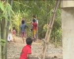 Hậu Giang: Xây cầu không mố, người dân bắc thang trèo lên cầu