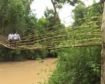 Rùng mình nhìn người dân Gia Lai qua cầu treo tạm bợ