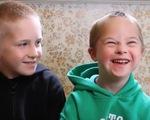 'Tan chảy' trước video cảm động của anh và em trai mắc hội chứng Down