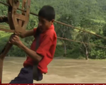 Trẻ em Nepal đu dây cáp qua sông để đi học