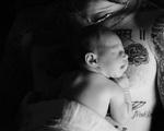 Adam Levine công bố ảnh con gái
