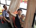 Xe buýt có rèm kéo phục vụ bà mẹ cho con bú