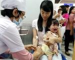 Đưa trẻ đi tiêm vaccine, cha mẹ nên lưu ý gì?