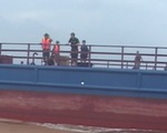 Tàu hàng kéo theo xà lan trôi dạt trên biển Quảng Trị