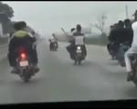 Triệu tập nhóm thanh niên đánh võng, lái xe máy bằng chân