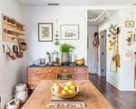 Ngôi nhà sàn gỗ mộc mạc với vô vàn đồ thủ công xinh xắn