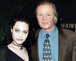 Angelina Jolie không nói với bố mẹ về việc bị quấy rối tình dục
