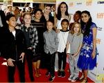 Lũ trẻ nhà Jolie-Pitt háo hức theo chân mẹ trên thảm đỏ