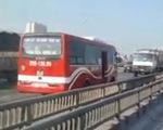 Xe khách chạy ngược chiều ở đường trên cao Hà Nội