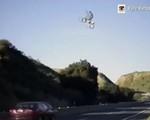Sửng sốt màn phi mô tô bay mạo hiểm qua đường cao tốc