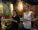 Lớp học yoga… với bia