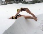 Vận động viên bơi lội Mỹ luyện tập bơi trong... tuyết