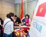 Đồ thủ công mỹ nghệ, ẩm thực Việt hút khách ở Triển lãm ĐSQ Quốc tế Mùa đông