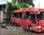Xe khách mất lái lật ngang đường, 2 người chết, 14 người bị thương