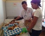 Bé trai chấn thương vì sụt bồn cầu ở trường