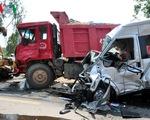 Quảng Ngãi: Taxi mất lái rơi từ độ cao hơn 5m, 6 người thương vong