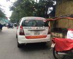 Vinasun phản đối Uber, Grab bằng cách dán khẩu hiệu trên taxi