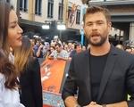 Minh Tú tự tin phỏng vấn dàn sao của 'Thor: Ragnarok' tại Australia