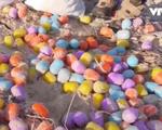 Hàng nghìn quả trứng phục sinh dạt vào bãi biển Langeoog, Đức