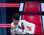 Giọng hát Việt nhí: Vũ Cát Tường rơi nước mắt trên ghế nóng
