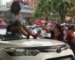 Nữ tài xế taxi leo lên nóc xe 'ăn vạ' khi CSGT bắt lỗi vượt đèn đỏ