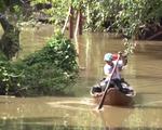 Học sinh vùng lũ ĐBSCL vượt sông đến trường đón năm học mới