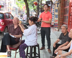 Khám phá quán cắt tóc vỉa hè của cụ bà 80 tuổi ở Hà Nội