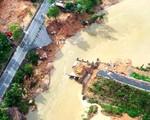 Khánh Hòa: Cầu sập, người dân phải đi bè qua sông
