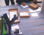 Hải quan Tân Sơn Nhất bắt vụ vận chuyển khách mang vũ khí quân dụng