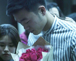 Xuân Trường nhận hoa hồng, trà sữa, cười tít mắt trong vòng vây của fan