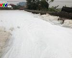 Cận cảnh dòng kênh nổi bọt ùn ùn trắng xóa như tuyết ở Hà Nam