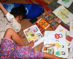Thương cảm số phận cô gái vẽ tranh bằng chân tại Huế