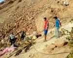 Xe bus chở 45 người mất lái, rơi xuống khe núi ở Mỹ - ảnh 1