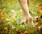 Đi bộ chân trần - Những lợi ích có thể bạn chưa biết