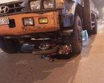 Xe tải kéo lê xe máy, 1 người chết thương tâm