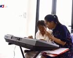 Cụ bà 80 tuổi dạy tiếng Anh, chơi piano