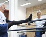Cụ ông Brazil 80 tuổi vẫn mê... múa ballet