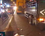Bị mô tô phân khối lớn tông văng vào gầm xe container, 1 người chết thảm