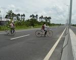 Liều mạng băng ngang đường dẫn cầu Cao Lãnh