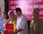 Chủ tịch Ủy ban Trung ương Mặt trận Tổ quốc Việt Nam trao quà cho các gia đình chính sách