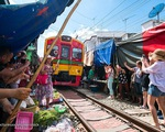 Cận cảnh khu chợ ngay cạnh đường sắt nguy hiểm nhất thế giới